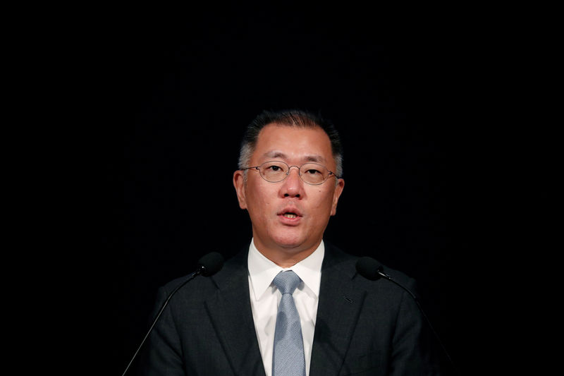 © Reuters. FILE PHOTO: Chief Vice Chairman of Hyundai Motor Group Chung Eui-sun delivers his speech during the company's new year ceremony in Seoul