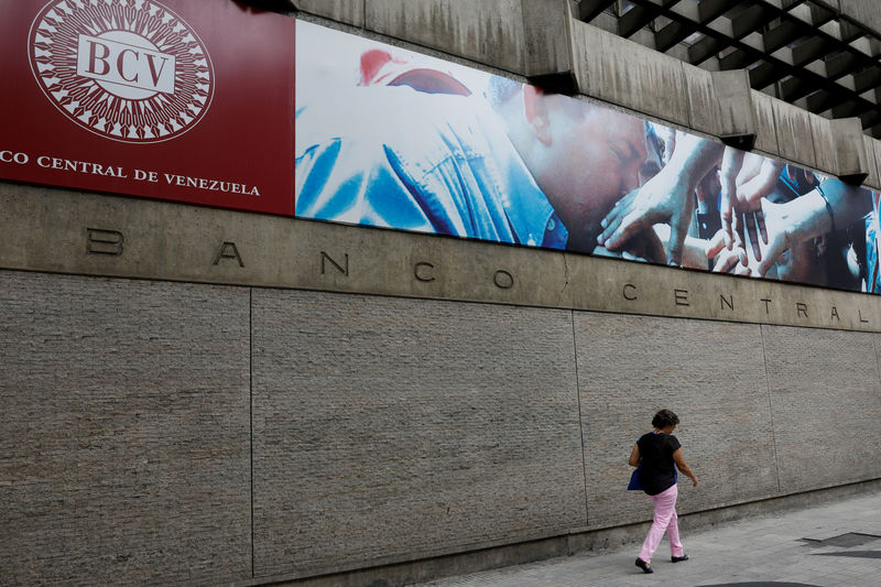 © Reuters. FILE PHOTO: A woman walks outside of the Venezuela's Central Bank in Caracas