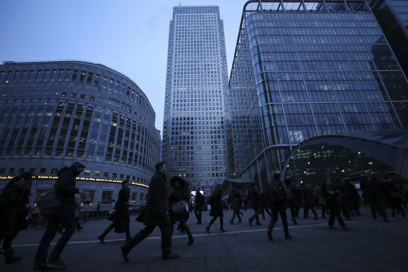 © Reuters. Workers walk to work during the morning rush hour in the financial district of Canary Wharf in London