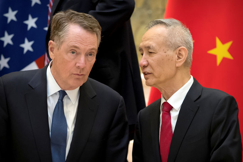 © Reuters. U.S. Trade Representative Robert Lighthizer listens as Chinese Vice Premier Liu He talks while they line up for a group photo at the Diaoyutai State Guesthouse in Beijing