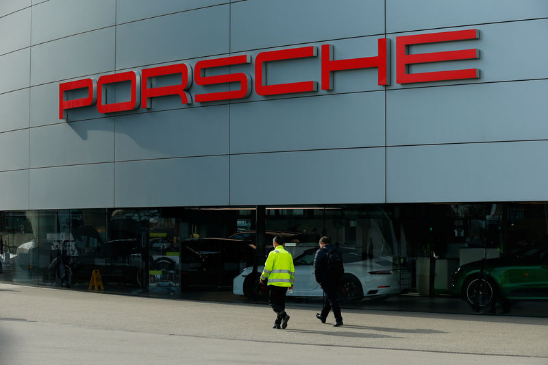 © Reuters. Pedestrians walk past a Porsche showroom in Stuttgart-Zuffenhausen