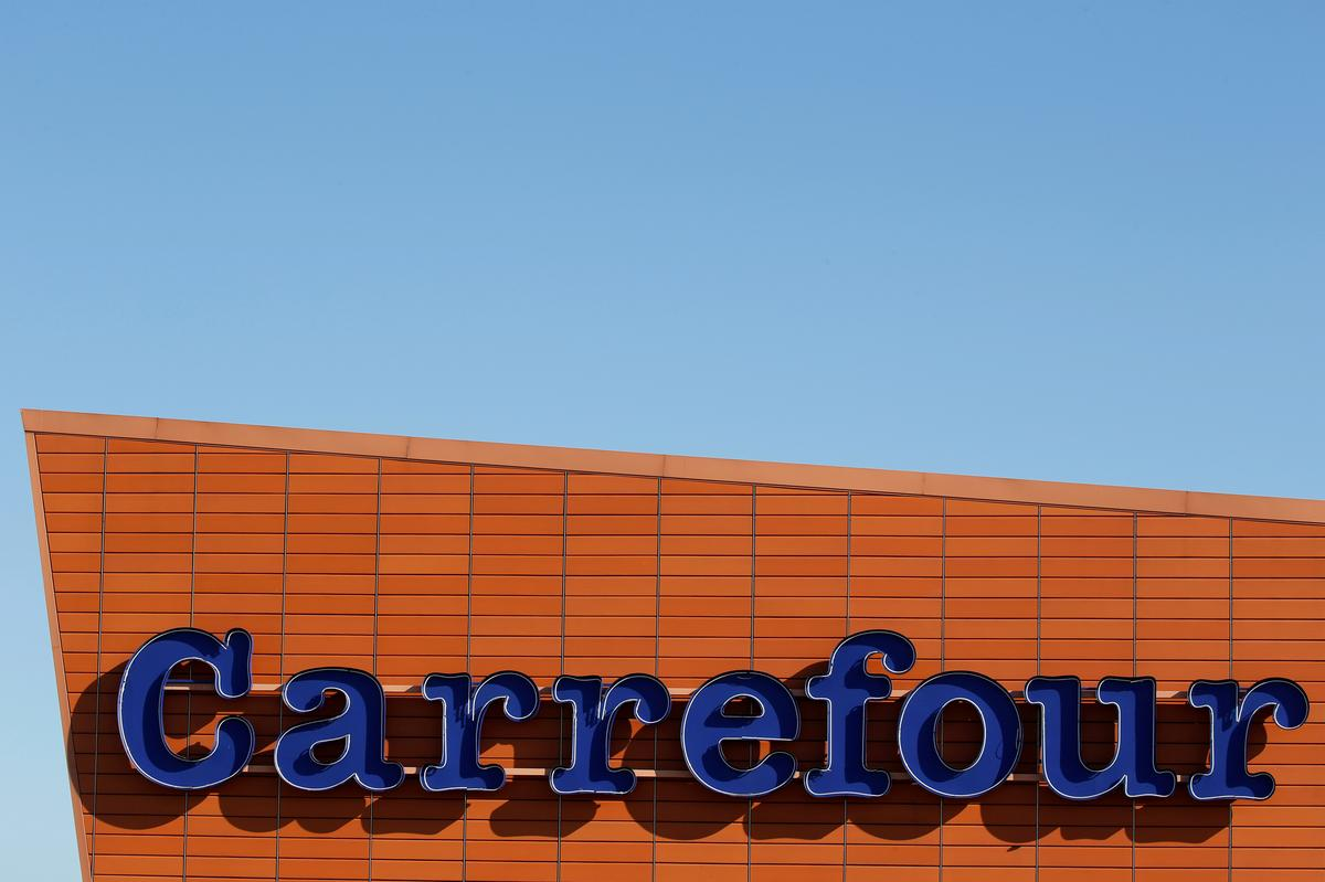 UPDATE 3-France's Carrefour retreats from China with Suning com deal