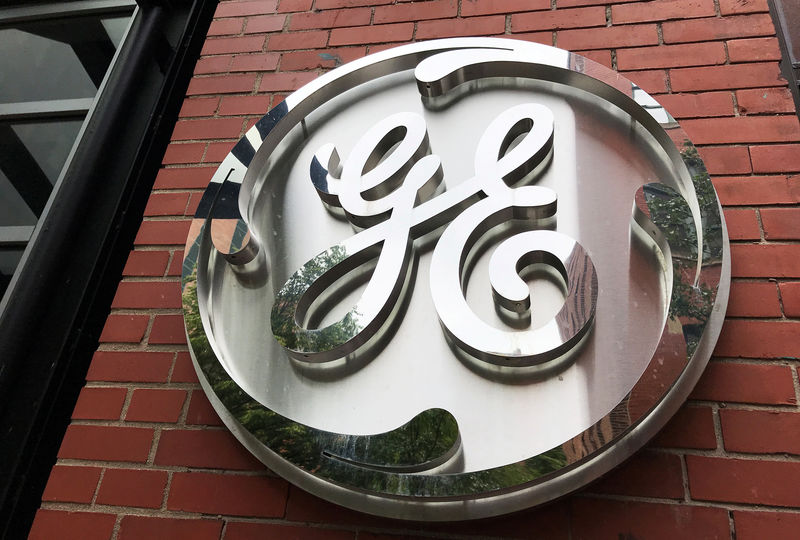 © Reuters. FILE PHOTO: The General Electric Co. logo is seen on the company's corporate headquarters building in Boston
