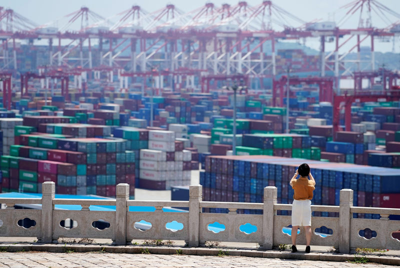 © Reuters. Containers are seen at the Yangshan Deep Water Port in Shanghai