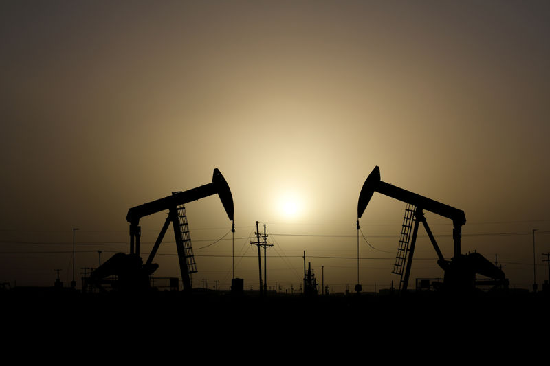 © Reuters. FILE PHOTO: Pump jacks operate at sunset in Midland, Texas