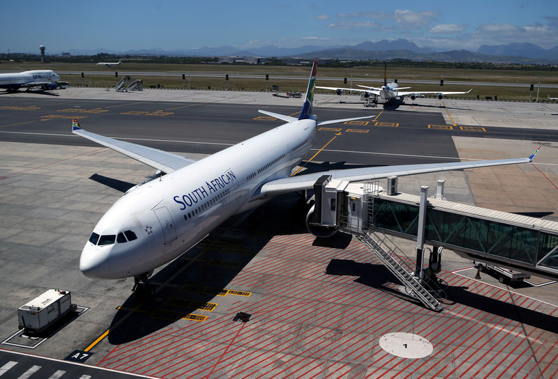 © Reuters. FILE PHOTO: A South African Airways (SAA)  aircraft is seen parked on the tarmac at Cape Town International Airport in Cape Town