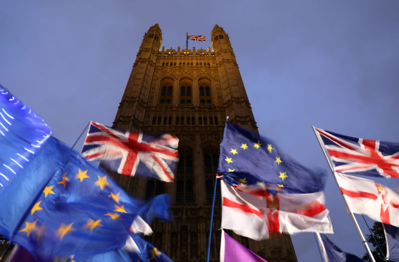 © Reuters. Flags flutter outside the Houses of Parliament in London