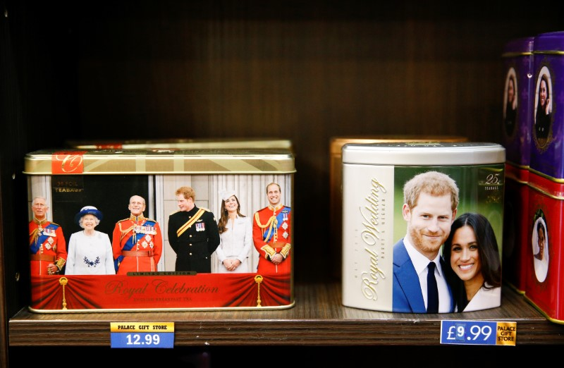 © Reuters. Merchandise depicting Britain's Prince Harry and Meghan, Duchess of Sussex, are seen on display in a souvenir shop near Buckingham Palace in London