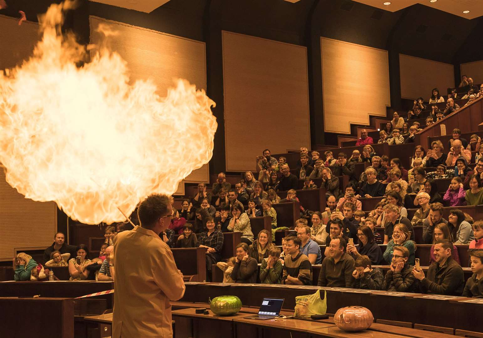 Pete Wothers' chemistry demonstration (26964101)