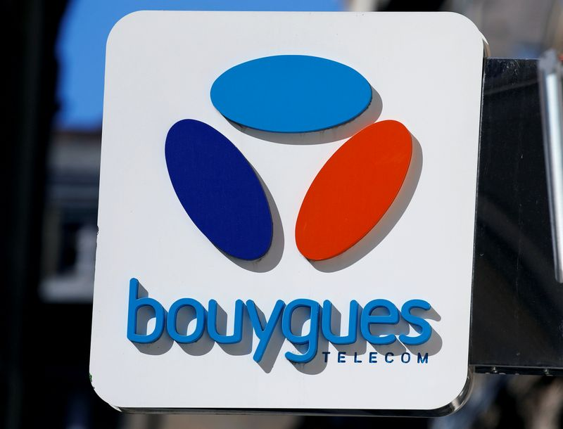 © Reuters. FILE PHOTO: The Bouygues Telecom company logo is seen at a shop in Bordeaux