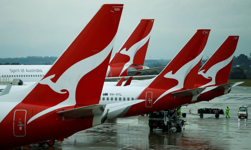 © Reuters. FILE PHOTO: Qantas aircraft are seen on the tarmac at Melbourne International Airport in Melbourne